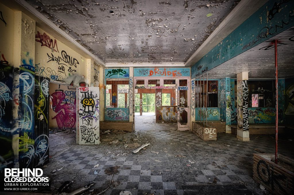 Sanatorium d'Aincourt - Inside the main entrance