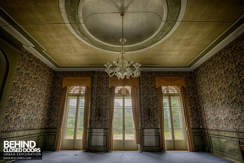 Chateau de la Chapelle - A grand room with three windows and huge ceiling rose