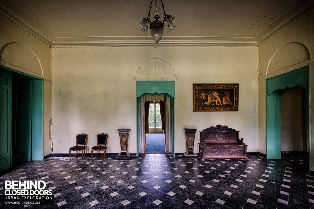Chateau de la Chapelle - Tiles floor room with furniture