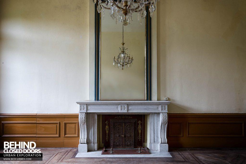 Chateau de la Chapelle - Fireplace and mirror