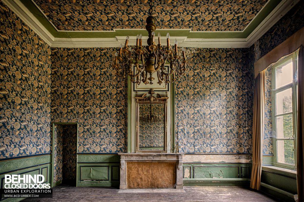 Chateau de la Chapelle - Room with pattered wallpaper