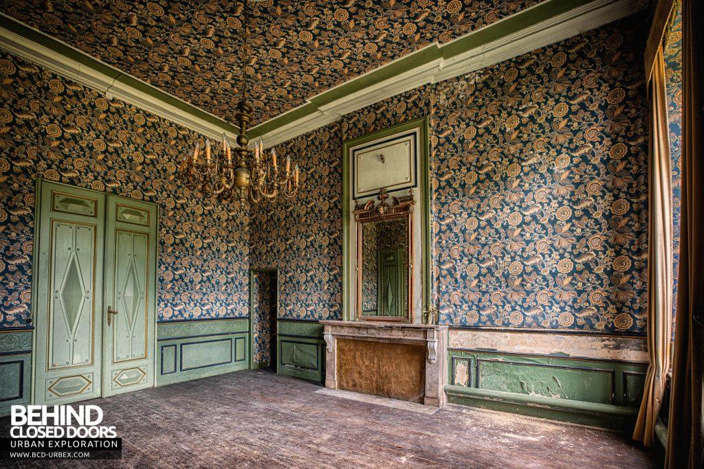 Chateau de la Chapelle - Wallpaper room from corner