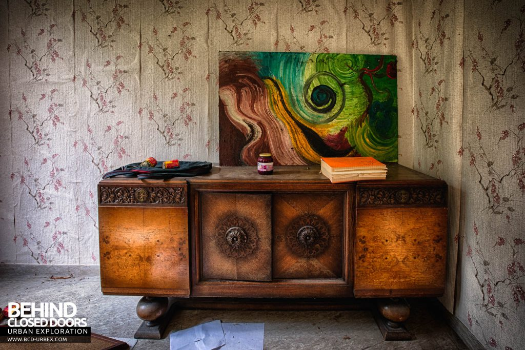 Salve Mater Psychiatric Hospital - Unit with artwork and books