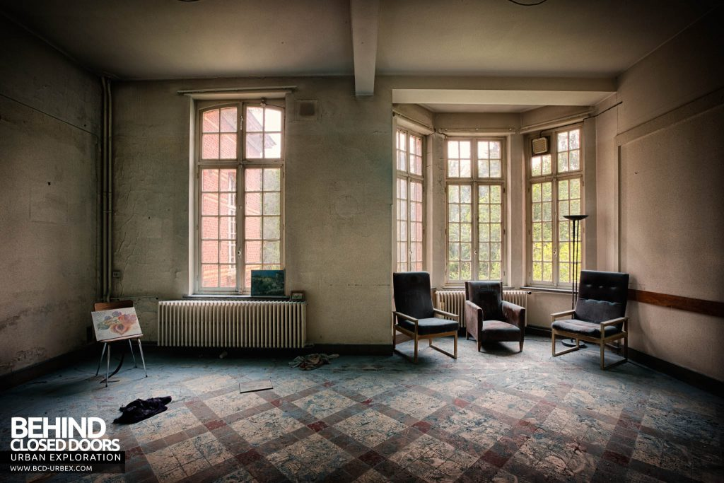 Salve Mater Psychiatric Hospital - Chairs in a bay window