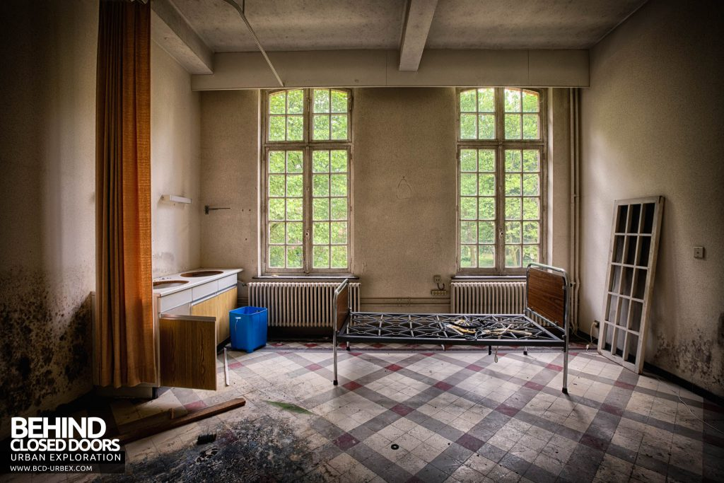 Salve Mater Psychiatric Hospital - Bed in a room with tiled floor
