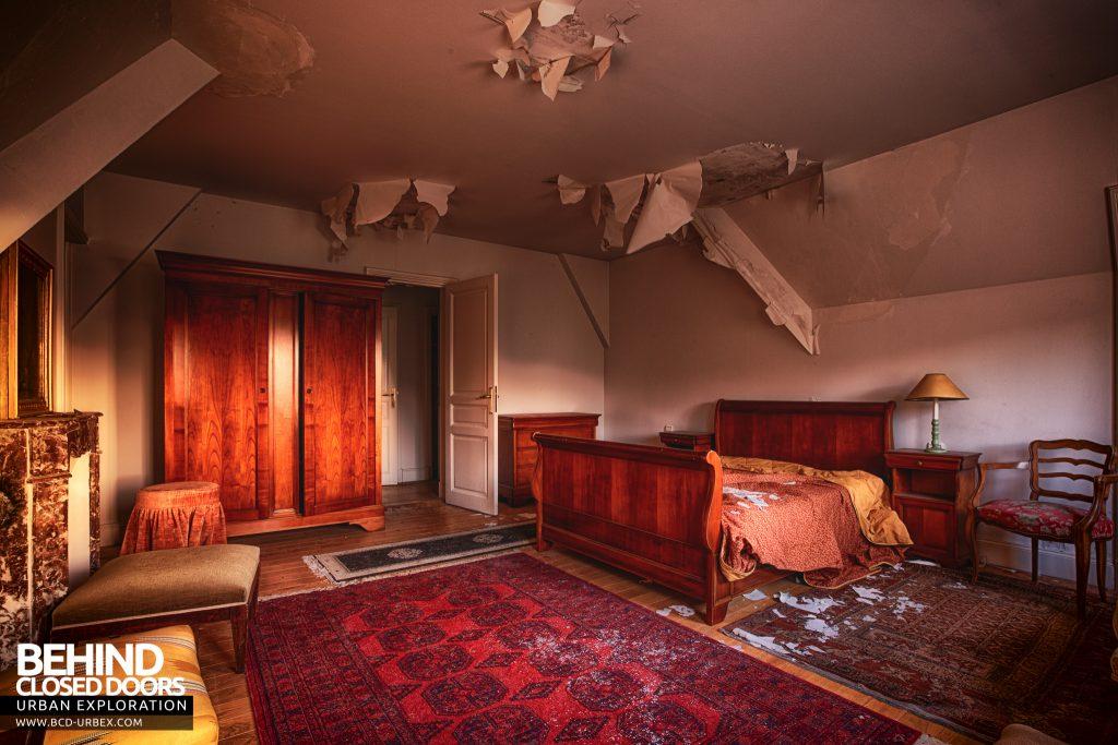 Château Sous Les Nuages - Peeling paint in a bedroom