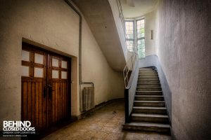 Hotel Thermale - Wooden doors and a staircase