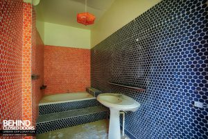 Hotel Thermale - 70s style tiled bathroom