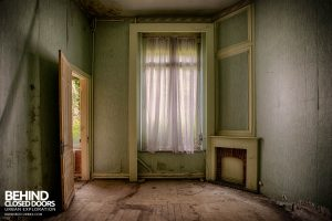 Hotel Thermale - A decaying room with fireplace