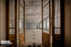Hotel Thermale - Doors into the ballroom