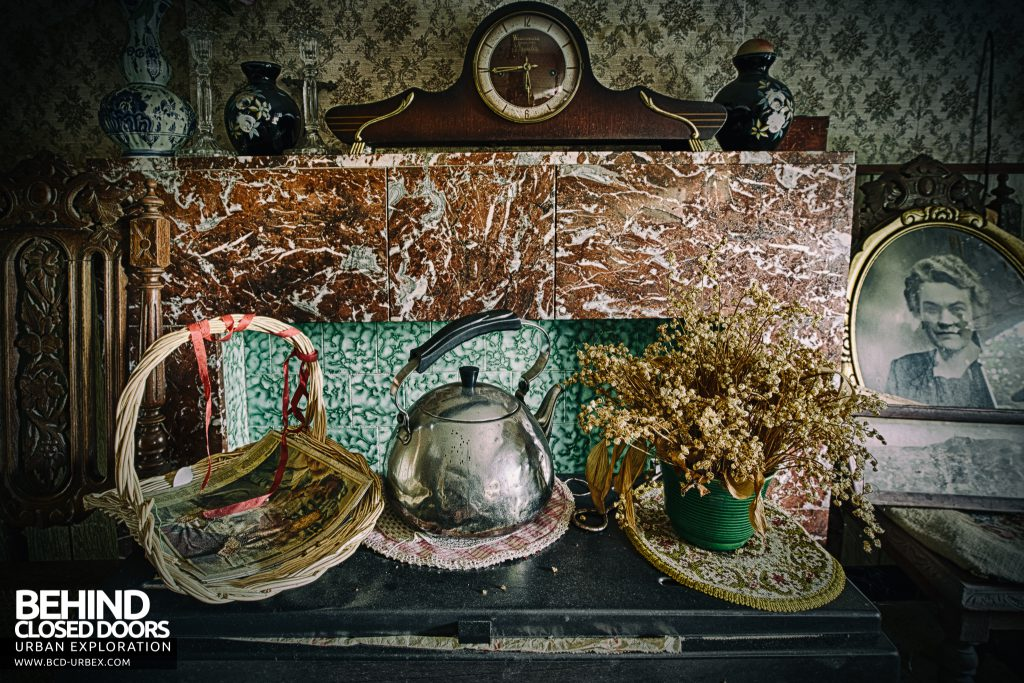 Maison Sweet Home - Items on the fireplace