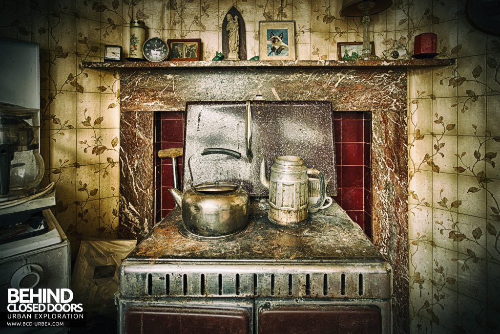 Maison Sweet Home - Pots on the old stove
