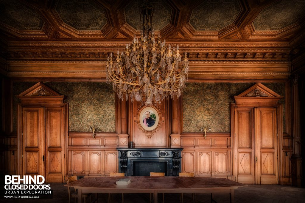 Pritzker Fac - Table and chandelier in the boardroom