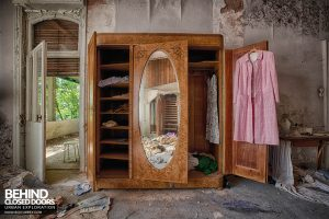 Dr Annas House and Surgery - Wardrobe in the bedroom