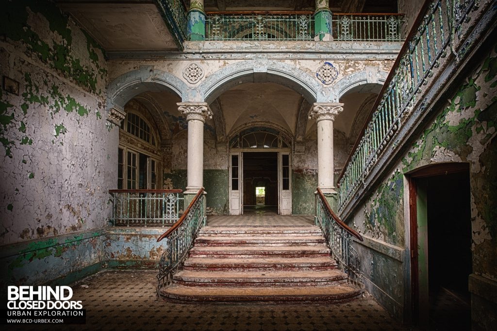 Beelitz Heilstätten Male Pavilion - Steps in the main entrance
