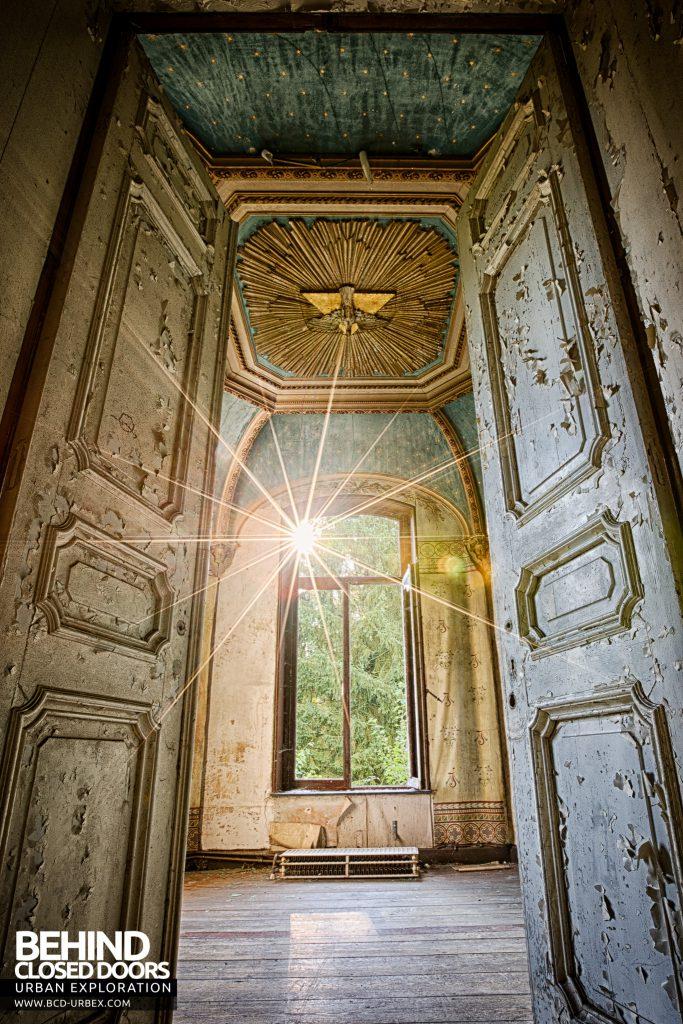 Chateau Rochendaal - Sunburst in the chapel