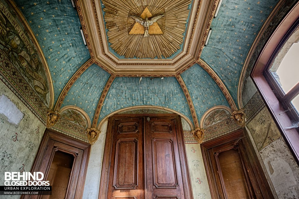 Chateau Rochendaal - The chapel is small but well preserved with amazing details