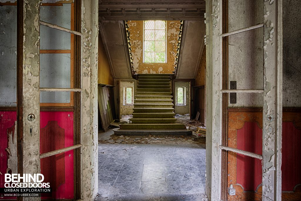 Chateau Rochendaal - Though the doors to the staircase