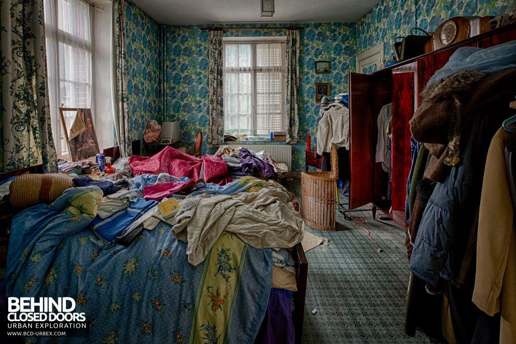 Villa Ro - Clothes in bedroom