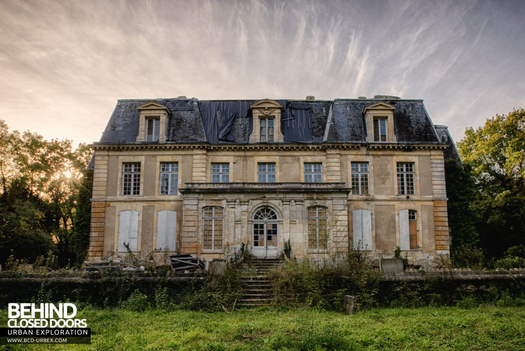 Château P12 - The grand house from the front