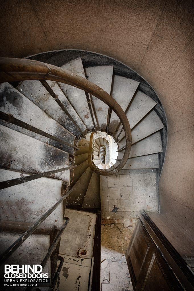 Château P12 - Spiral Staircase