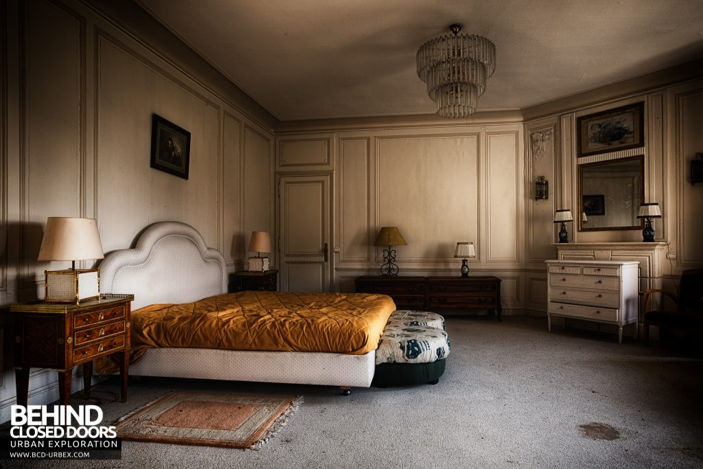 Château Sous Les Nuages - Spacious master bedroom