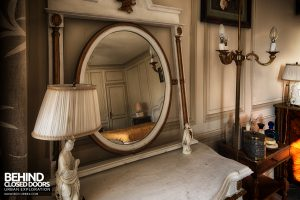 Château Sous Les Nuages - Vanity mirror in bedroom