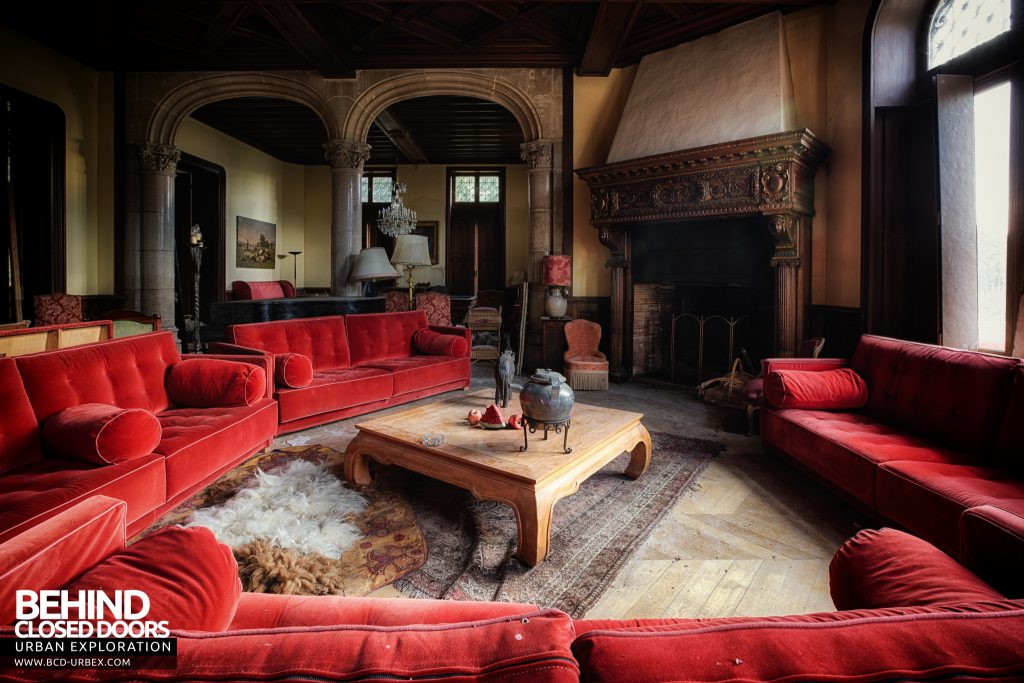 Château Sous Les Nuages - Huge sofas and huge a fireplace to match