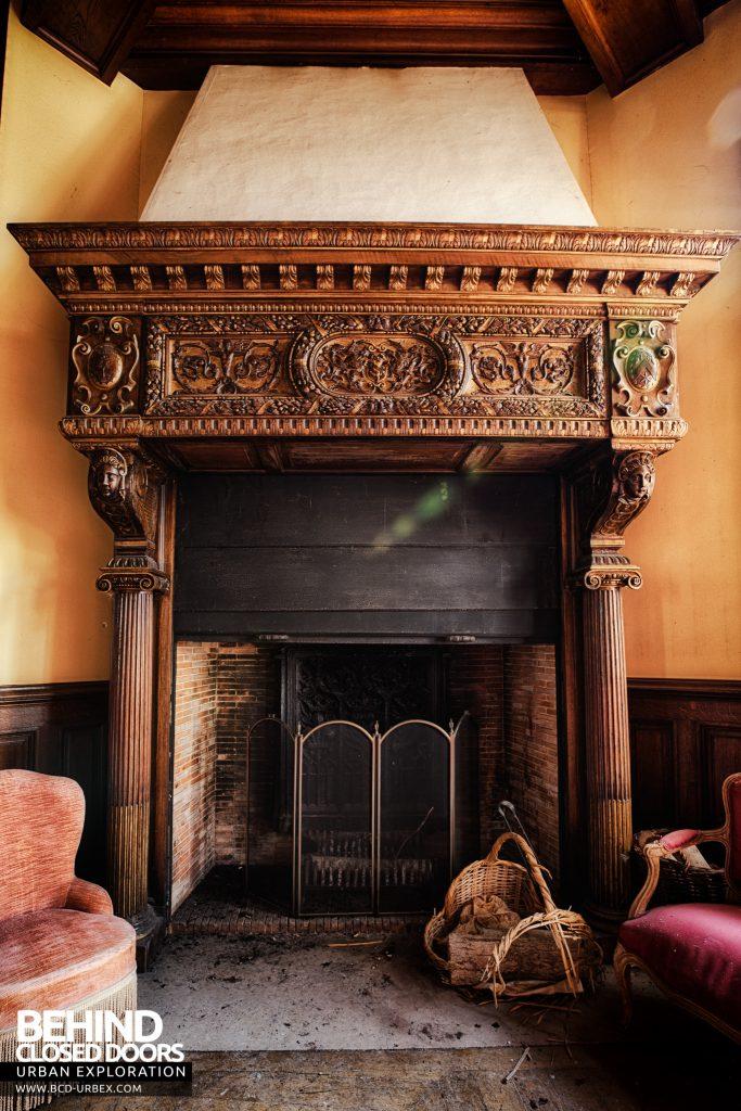 Château Sous Les Nuages - Huge Fireplace