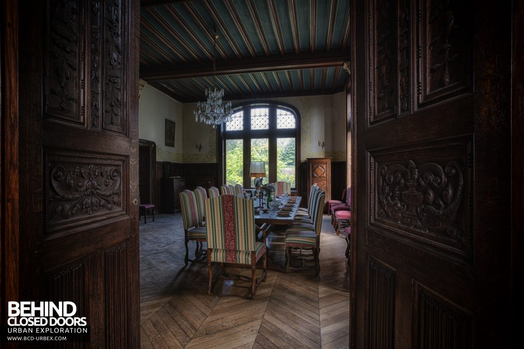 Château Sous Les Nuages - Through the doors of the dining room
