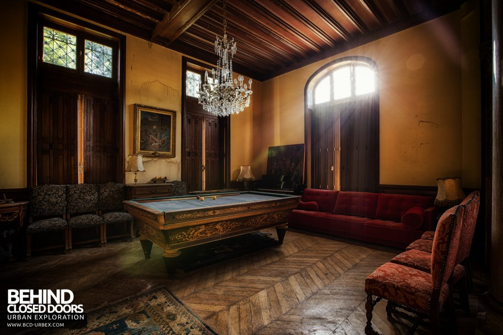 Château Sous Les Nuages - Light beams flooding into the the Billiard Room