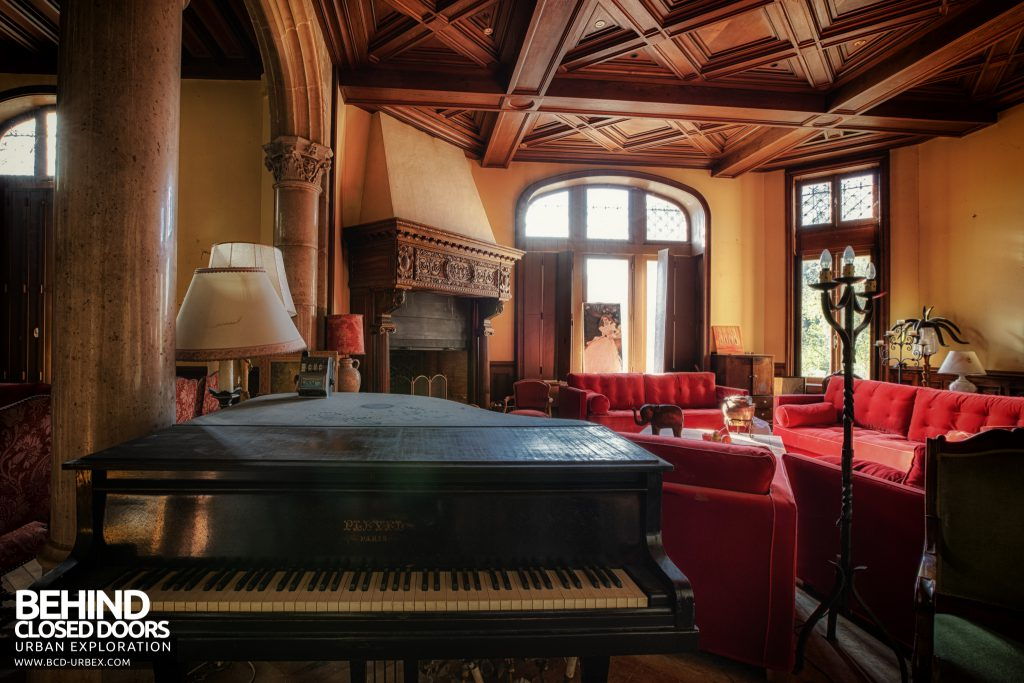 Château Sous Les Nuages - A grand piano in a grand room