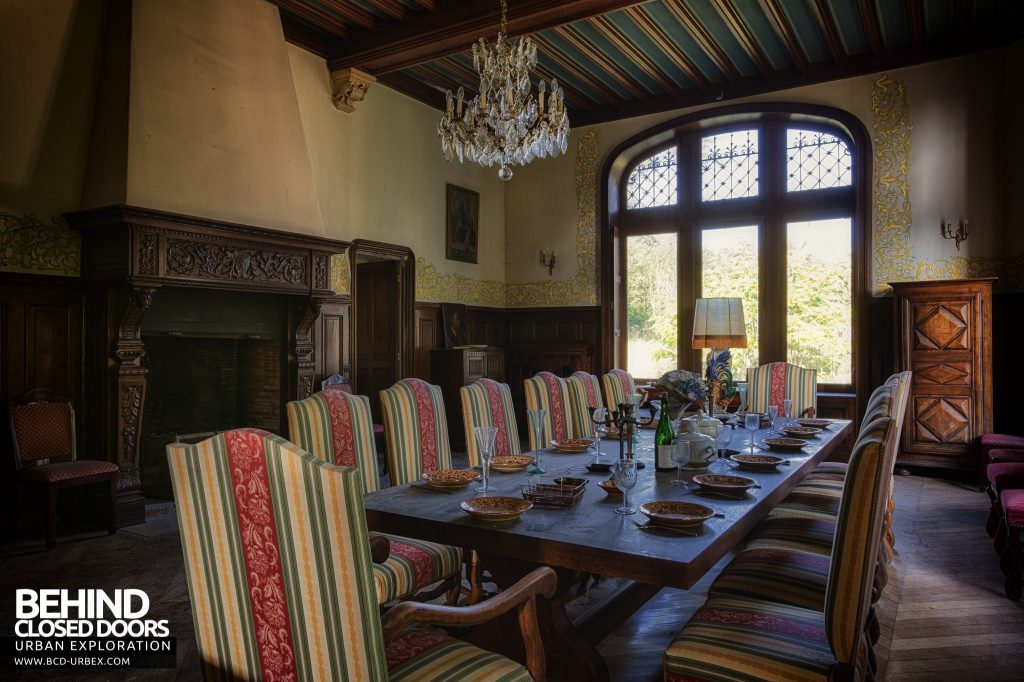 Château Sous Les Nuages - Table set for a banquet