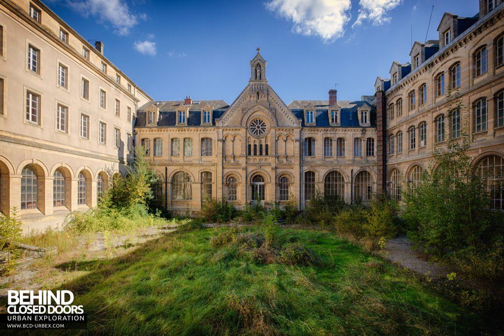 Hospital Plaza - Central quadrangle courtyard