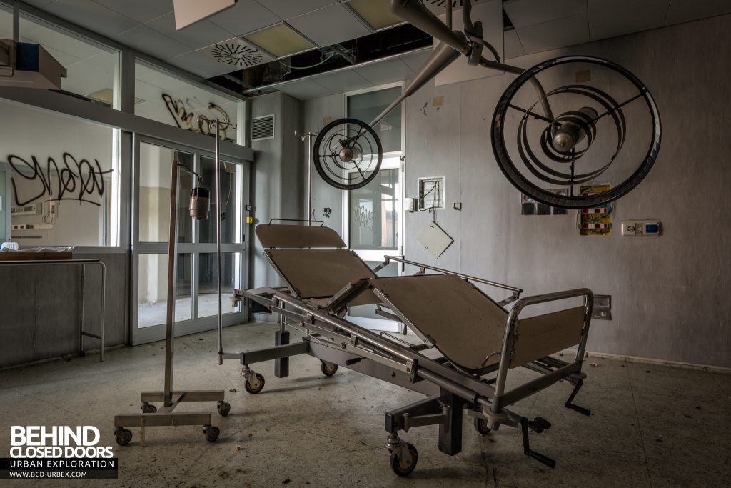 Hospital SC, Italy - Bed and lights in one of the operating theatres