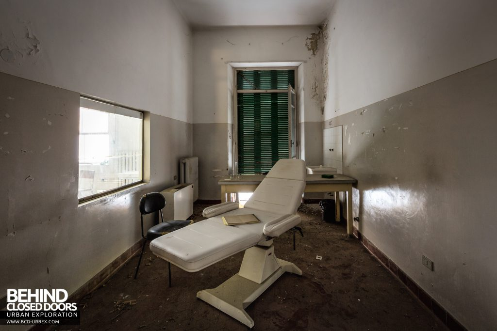 Hospital SC, Italy - Bed in a treatment room