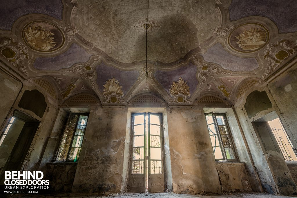 Palazzo di L - Palatial décor in decay