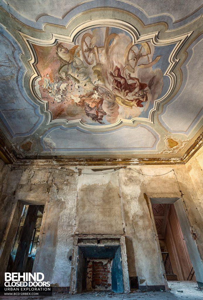 Palazzo di L - Tall view of mural