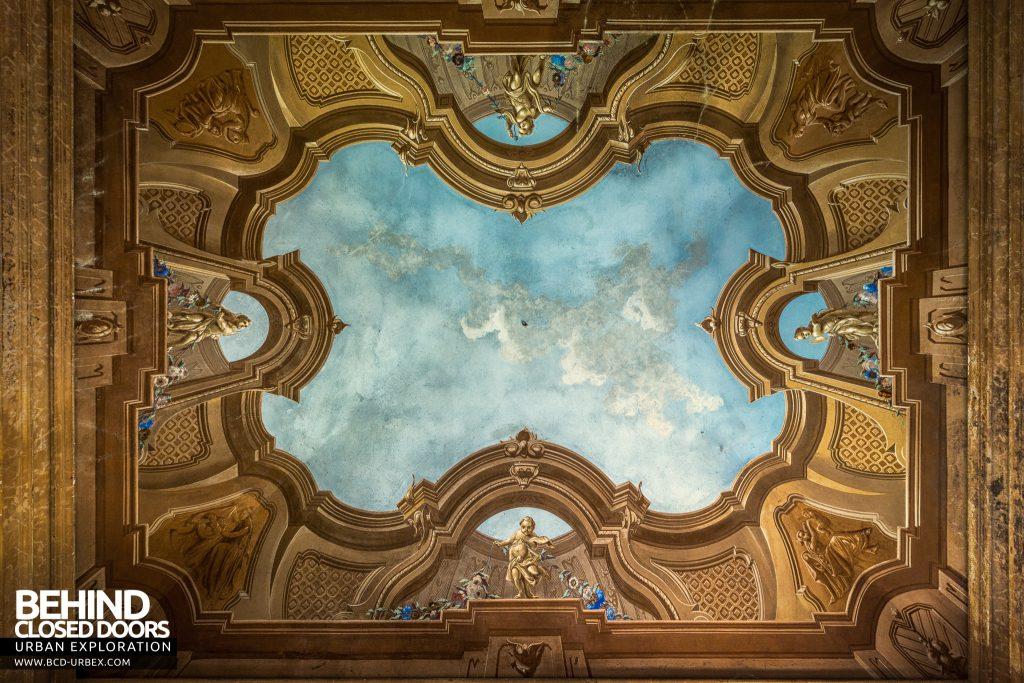 Palazzo di L - Looking up at sky mural