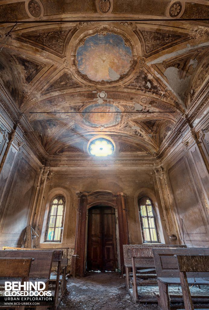 Palazzo di L - Looking back in the chapel