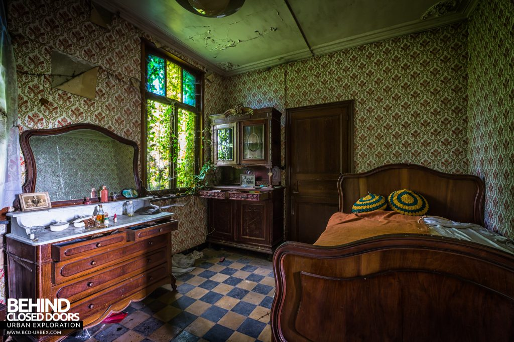 Maison Gustaaf, Belgium - Bedroom still had lots of possessions left