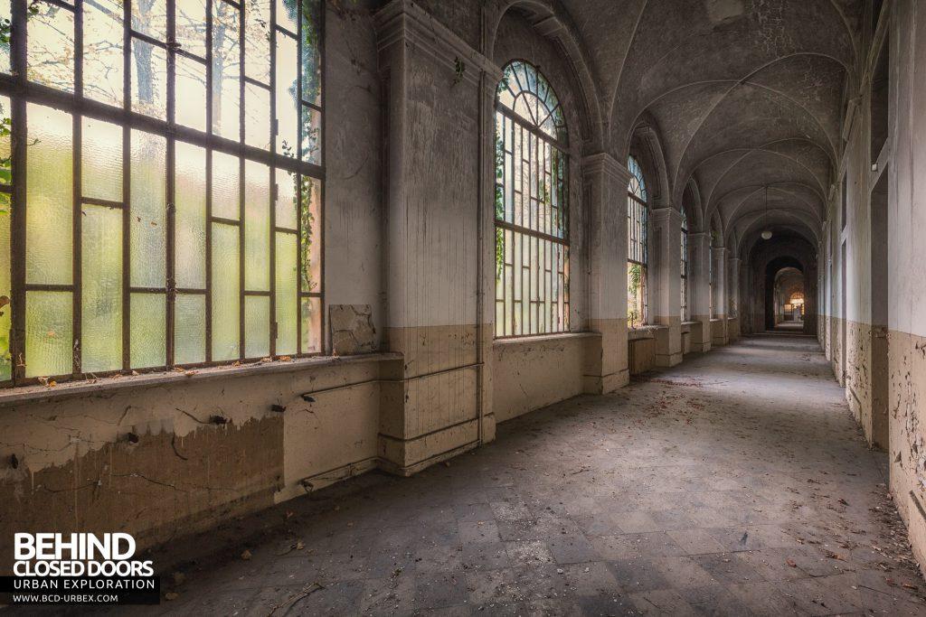 Manicomio di Racconigi - Bright, light corridors with giant windows