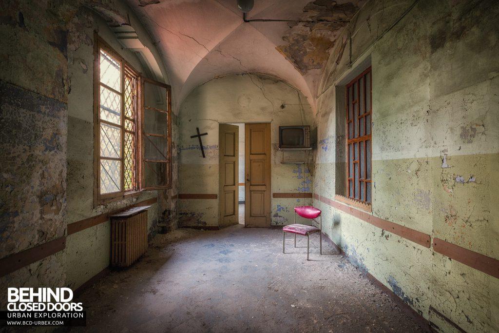 Manicomio di Racconigi - Room with cross on the wall