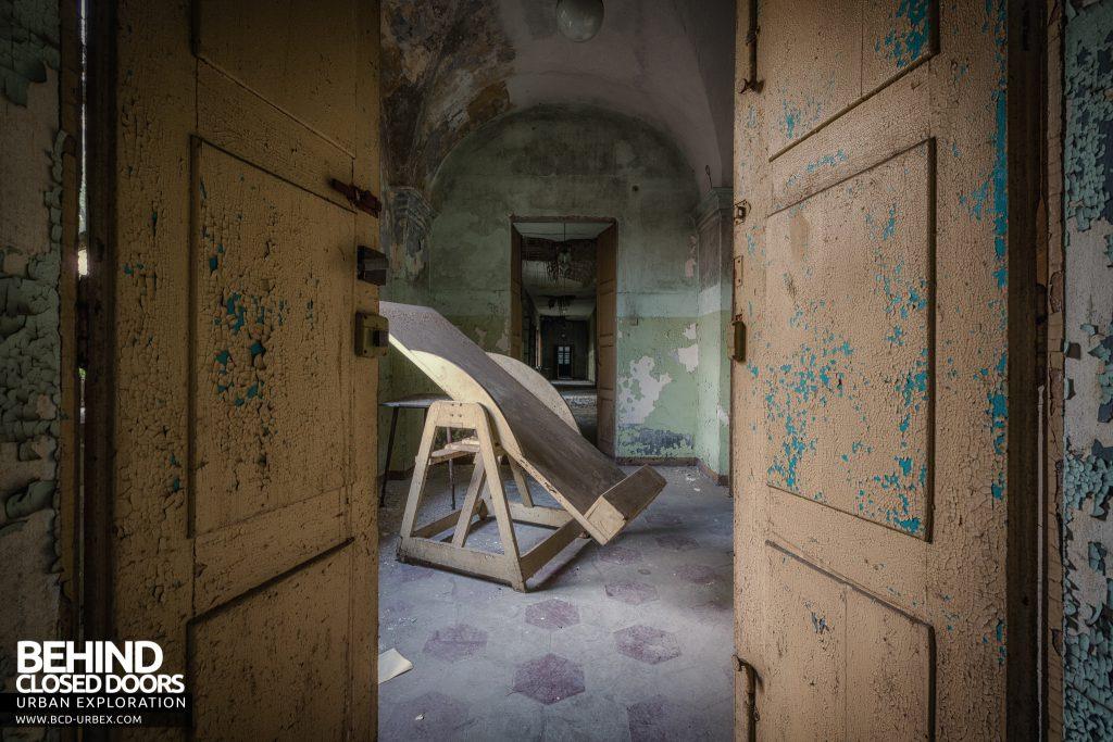 Manicomio di Racconigi - Reclining treatment bed