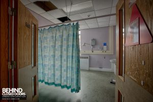 Selly Oak Hospital - Curtain in a room