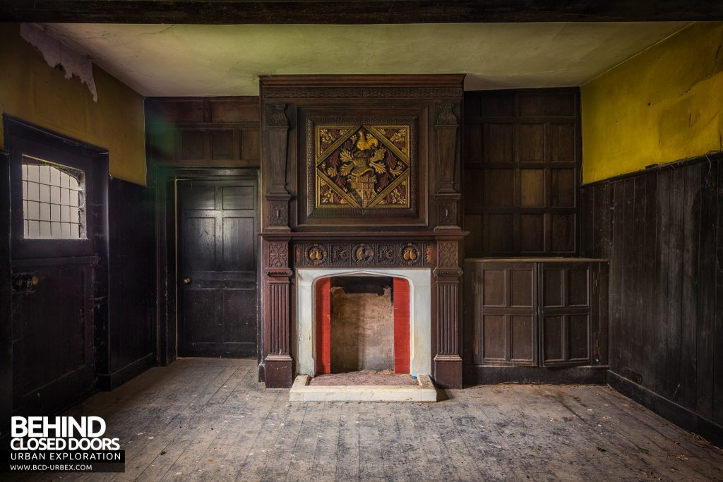 Pitchford Hall - Wood panels and carved fireplace