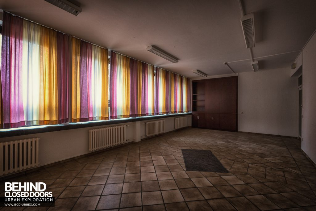 Psychiatrie V Germany - Room with colourful curtains