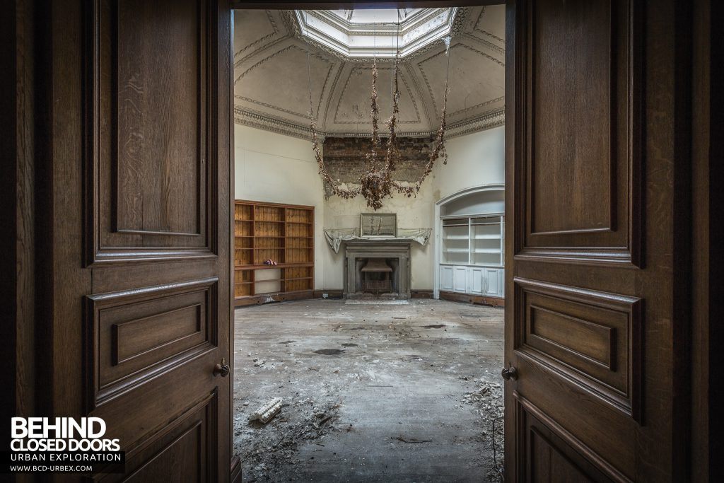 Brogyntyn Hall - Through the doors into the round room
