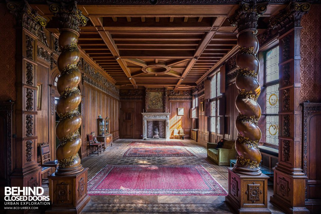 Town Mansion, Belgium - Stunning wood carved room with twisted columns