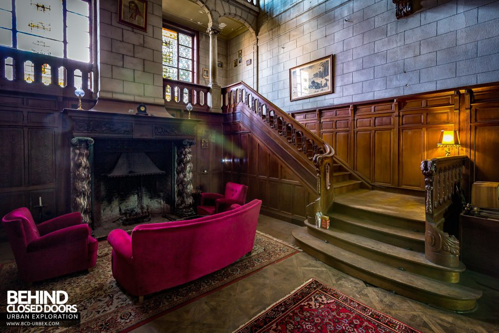Town Mansion - Seating area in the hall